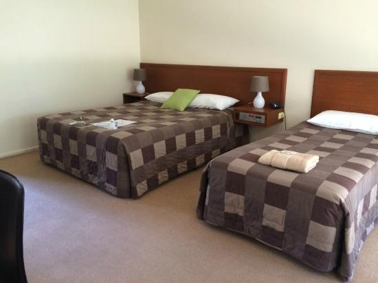 River Country Inn: Queen double and a single bed!