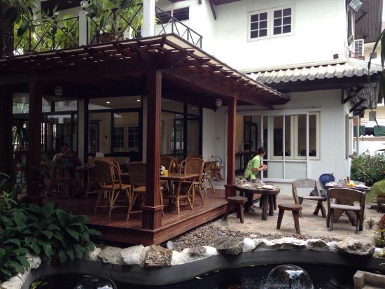 Charlie House Pinklao: Terrasse petit dejeuner