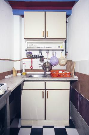 Taksim Sopha Hostel: Our modest kitchen