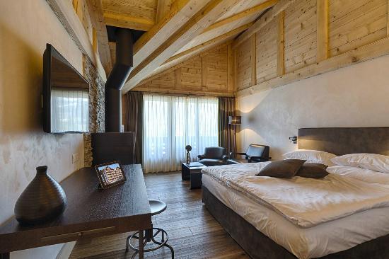 Hotel Bernerhof Gstaad: Suite mit Cheminee