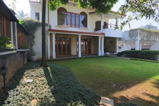 Clove Villa: facade
