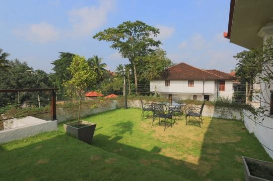 Clove Villa: common balcony area with real grass!