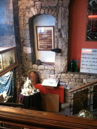 Le vin et l'assiette : l'entrée vers l'étage
