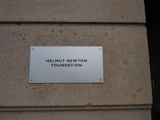 Helmut Newton Foundation: targa all'ingresso