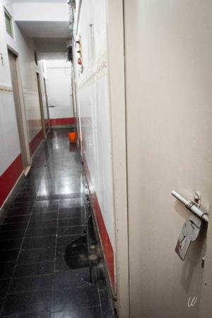 salle de bain du palace!!! - picture of hotel ammu palace - budget