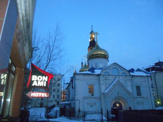 Hotel Bon Ami: Вид с крыльца отеля в направлении улицы Баумана