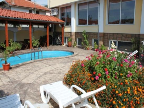 Shipka IT Hotel: garden