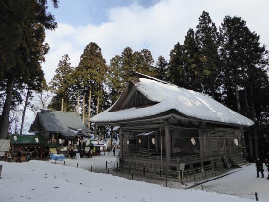 Hakusan Shrine: 右手が能楽堂、左手奥に本殿