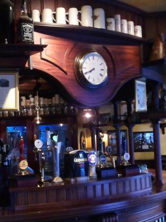Bancone pub con 8 birre alla spina foto di tetley 39 s pub for Bancone bar inglese