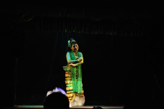 Mandalay Marionettes Theater : Human dancer