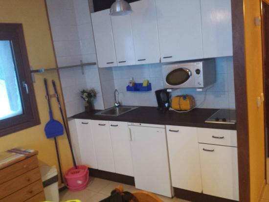 Apartamentos Turisticos Manzano: kitchen was well equipped. pity it has no grill or oven.