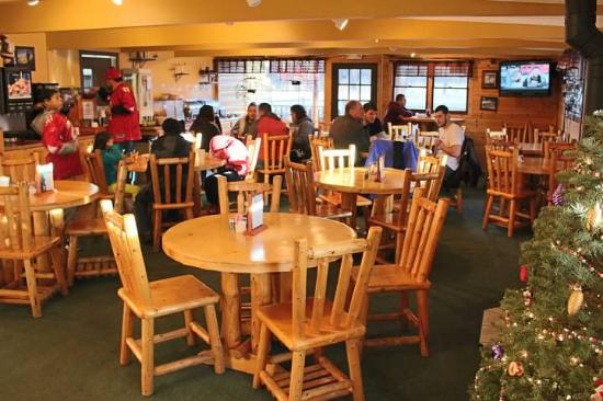 Ski Lift Lodge: The onsite restaurant has quite a bit of room, great service and good value.