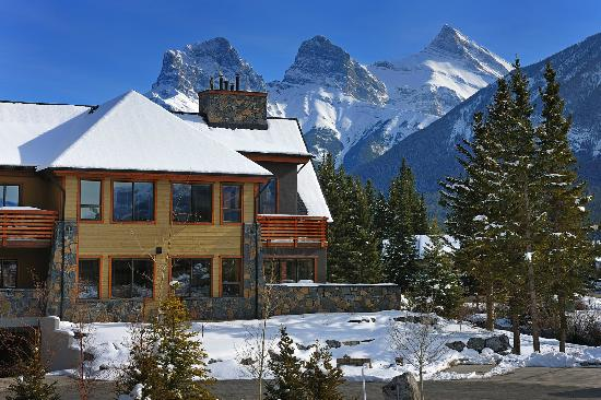 Rundle Cliffs Luxury Mountain Lodge: View of Three Sisters