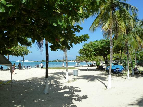 Ocho Rios Bay Beach: View beyond the main entrance