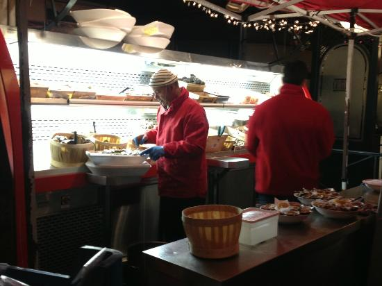 Les Brasseries Georges Uccle : Preparing the shellfish for the restaurant and delivery