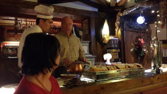 Sport Hotel Cortina - Famiglia Barisetti: огненное шоу - прелестная подача праздничного штруделя
