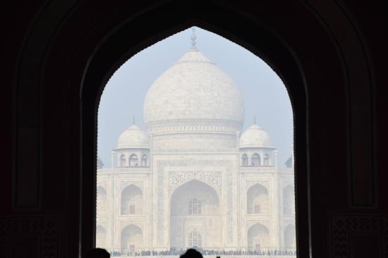 Taj Mahal: Optical illusion - Taj looks closer at entrance