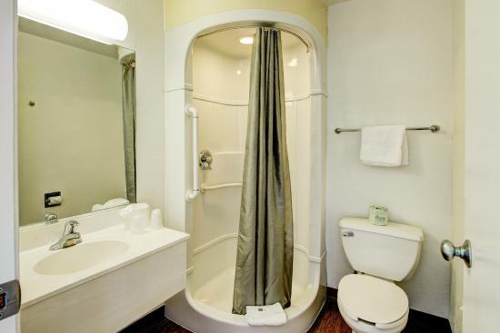 Motel 6 Denver - Airport: Bathroom