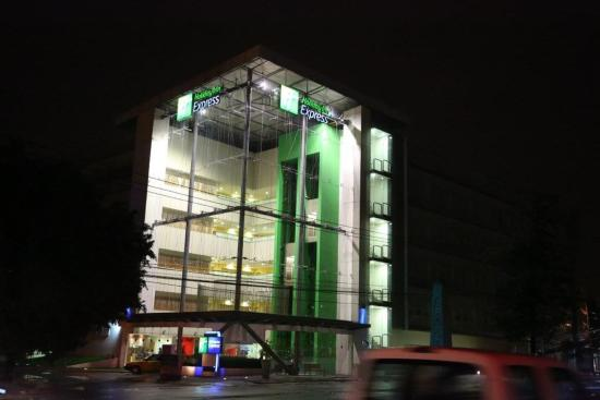 Holiday Inn Express Guadalajara Expo: Fachada Noche