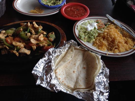El Charco Azul: Chicken fajita special