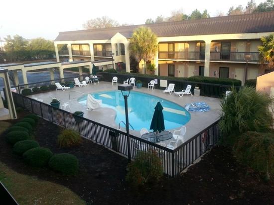 Hampton Inn Cordele/Vienna: Pool area.