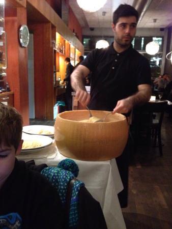 Valle Ristorante: Головка пармезана, в нее кладут горячие спагетти и перемешивают. Действо завораживает :)