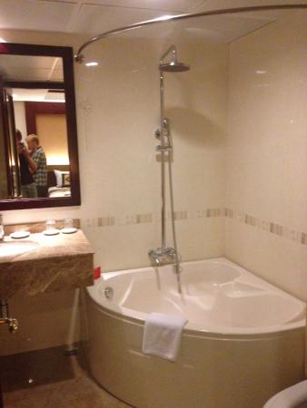 La Belle Vie Hotel: Large bathroom with great tub