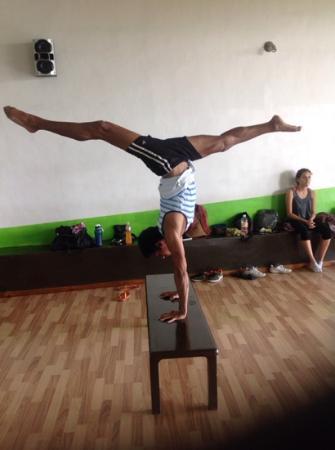 Shanti Studio Dance & Fitness: parado de manos