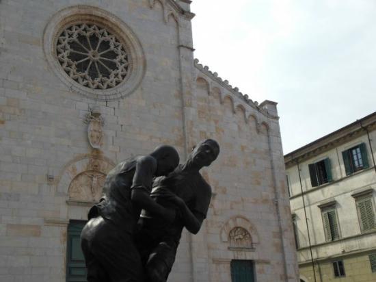 Giardinia Pietrasanta Orario : Pietrasanta museo a cielo aperto recensioni su piazza duomo