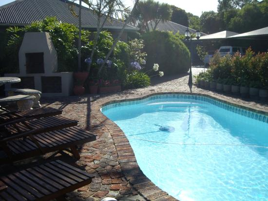 Guinea Fowl Lodge: Swimming pool area