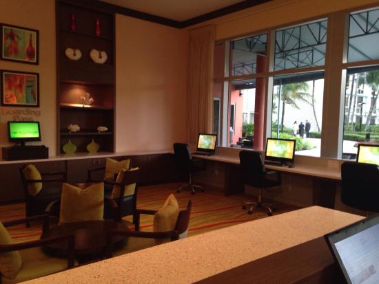 Courtyard by Marriott Miami Airport : Lobby/computer stations