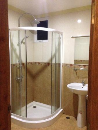 Hotel UI Inn : Large bathroom, small shower