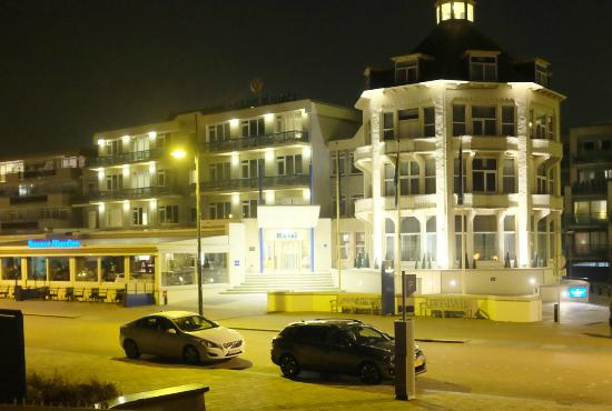 Golden Tulip Noordwijk Beach : Hotel entrance, night view