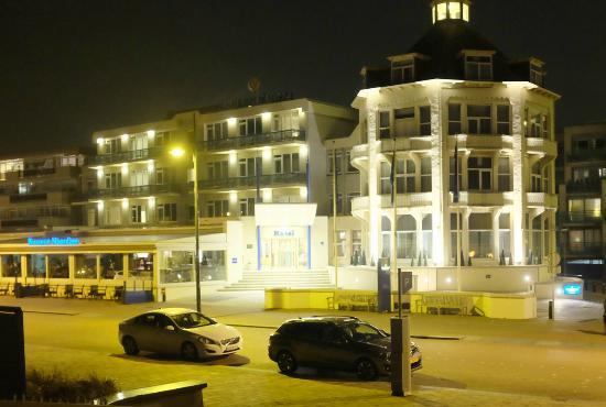 Golden Tulip Noordwijk Beach: Hotel entrance, night view
