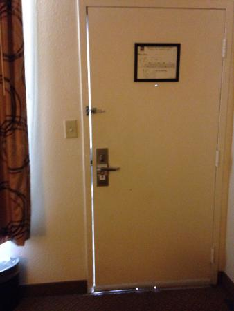 Quality Inn at Town Center : Large gaps. The door is closed, locked AND latched in this picture.