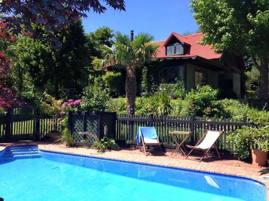 Retiro Park Lodge : Pool and the main house