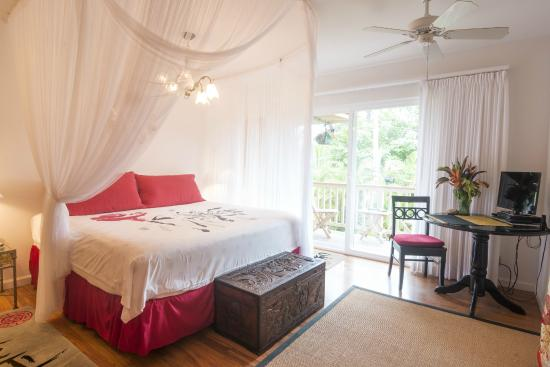Hale Ho'o Maha Bed & Breakfast: Guava Suite Bed