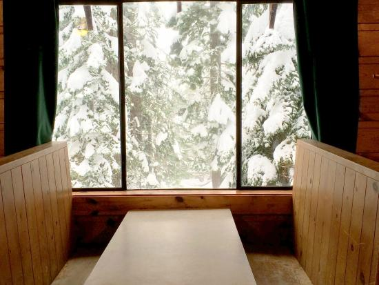 Norden, Californien: Enjoy Views of the Snowy Forest While You Eat