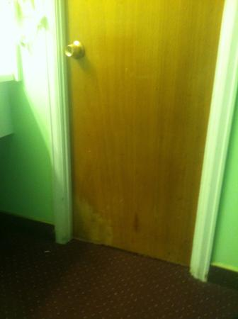 Gas Lite Motel: Bathroom door