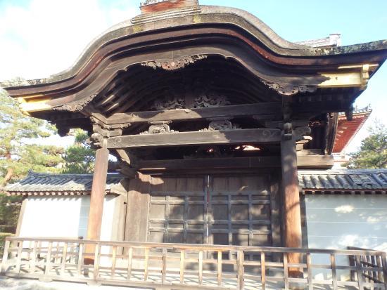 大徳寺に向かう参道には静観な竹林があります。 - Picture of Daitoku-ji Temple ...