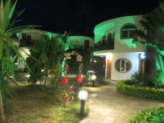 Gold Beach Resort: jardin entre les différents petit batiments