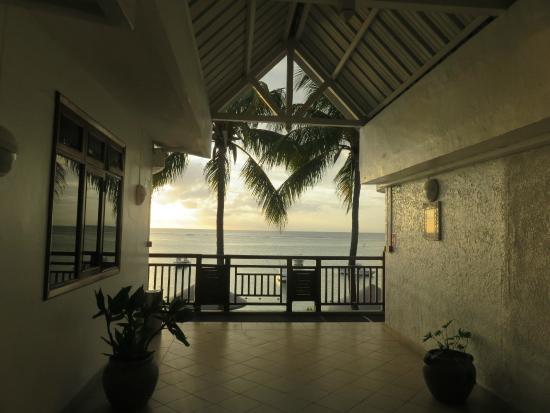 Gold Beach Resort: Entre notre chambre 106 et le balcon : quelques pas