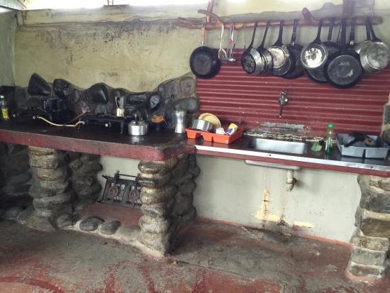 Mdumbi Backpackers: Rundown kitchen