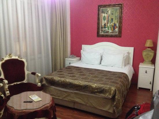 Asmali Hotel: A great room with a comfy bed and all the amenities one needs including free bottled water, tea