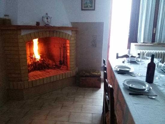 Relax e buona compagnia - Soggiorno-cucina con caminetto rustico ...