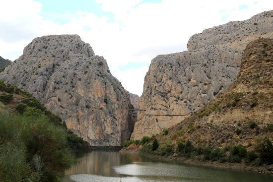 Caminito Del Re : Начало тропы и так примерно 7 км по отвесным скалам(на скале справа)
