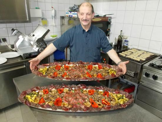Neuss, Germany: Chef mit Antipasti