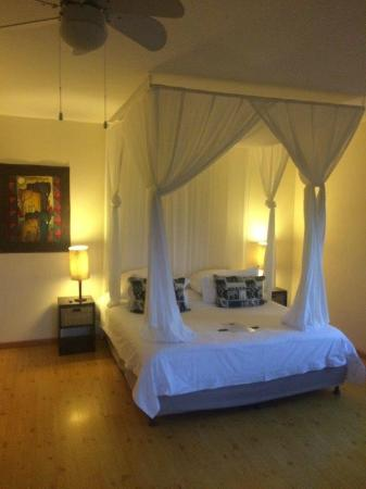 Cape Paradise Lodge and Apartments: Comfortable king size bed
