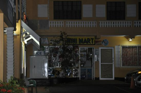 Mike's Holiday Resort: Mini mart located right downstairs rooms