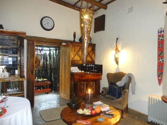 Dar Amane Guest Lodge: Wohnzimmer mit kleiner Küche